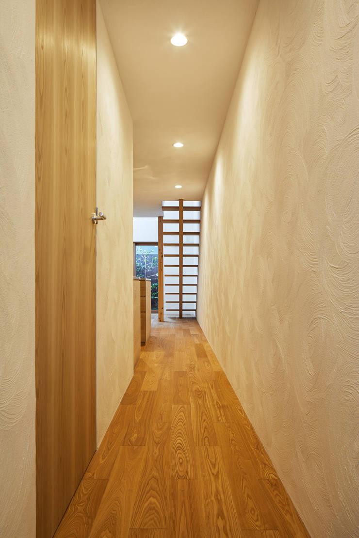 Pasillos, vestíbulos y escaleras de estilo moderno de 一級建築士事務所 こより Moderno