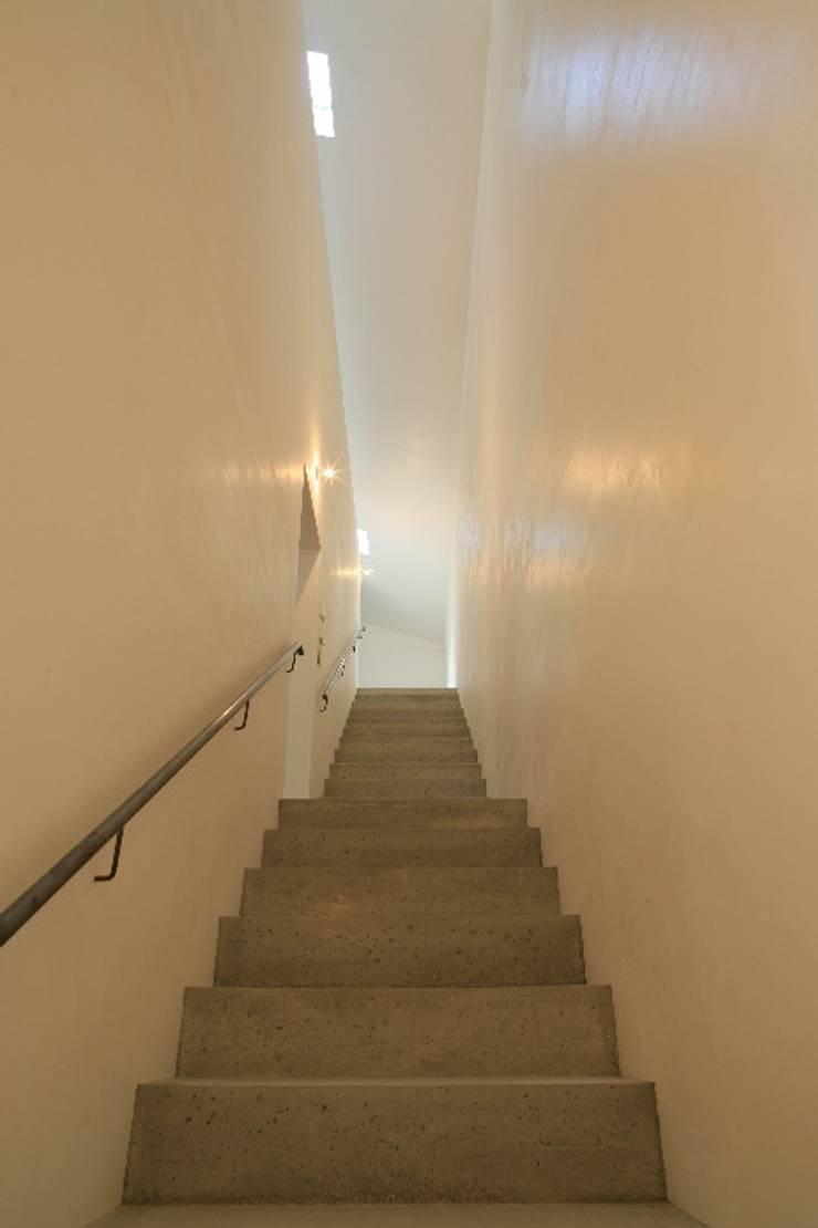 吉根の家: TOMOAKI  UNO  ARCHITECTSが手掛けた廊下 & 玄関です。,