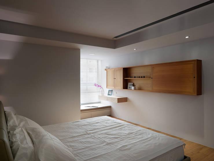范宅|主臥室|:  臥室 by 璞延空間設計