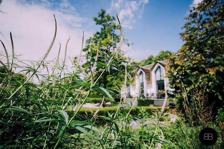 Landelijke villatuin met natuurlijke vijver:  Tuin door Buro Buitenom exterieurontwerpers