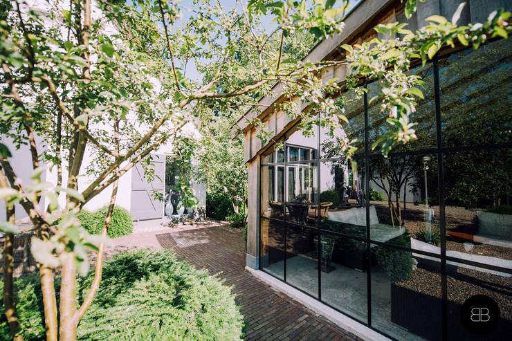 Jardines de estilo  por Buro Buitenom exterieurontwerpers, Rural