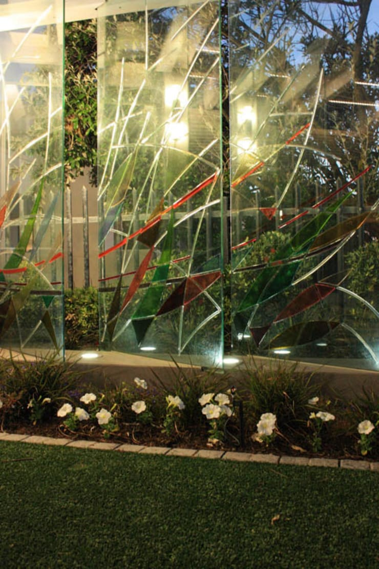 Glass fins as a wind break & sculpture.: modern  by Inline Spaces Pty Ltd, Modern Glass