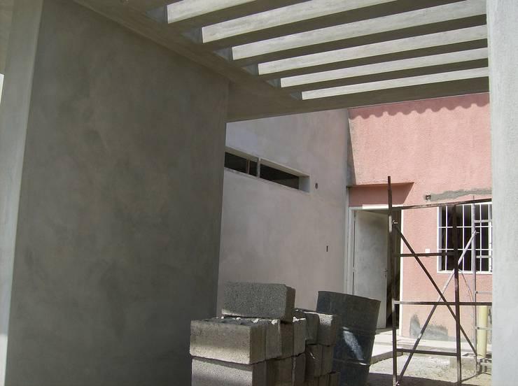 Vista inferior, pergola de concreto: Casas de estilo  por MARATEA Estudio