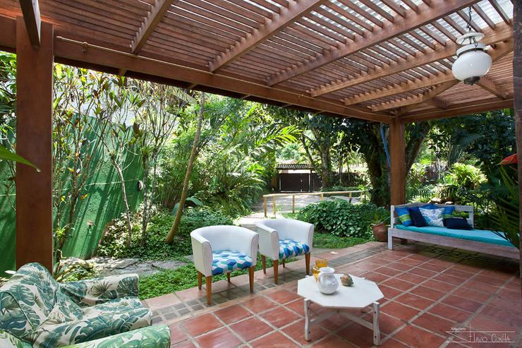 Pasillos, vestíbulos y escaleras de estilo tropical de SET Arquitetura e Construções Tropical