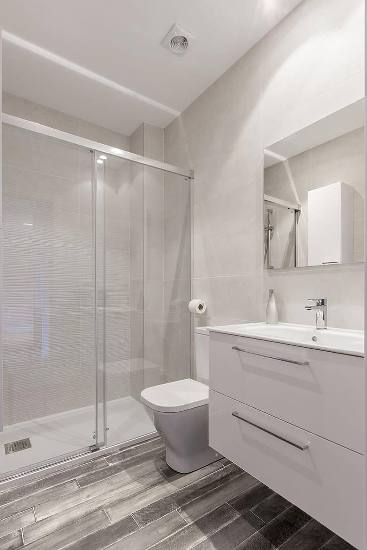 modern Bathroom by Basoa Decoración