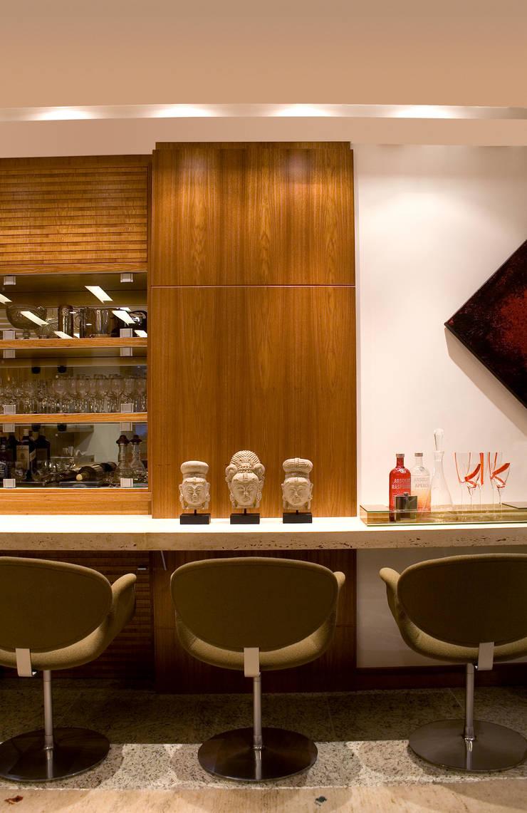 Modern wine cellar by paula martins arquitetura interiores e detalhamento