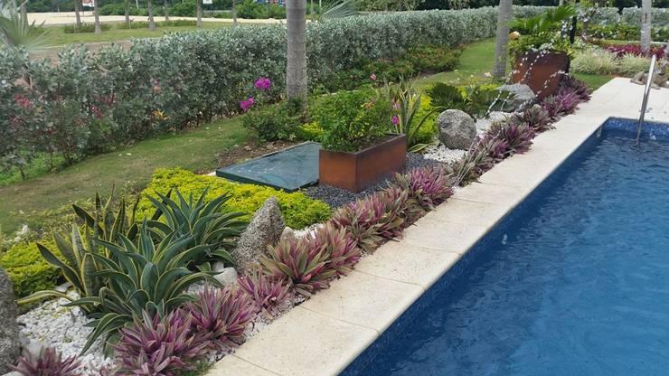 Jardines sala de ventas Corcega / Novaterra Ocean City – Barranquilla: Jardines de estilo  por ecoexteriores