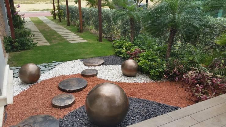Jardines sala de ventas Corcega / Novaterra Ocean City - Barranquilla: Jardines de estilo tropical por ecoexteriores