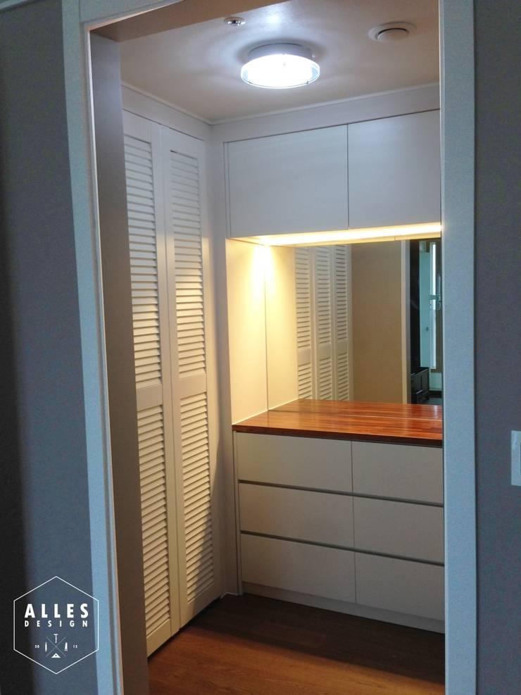 호반베르디움 아파트 인테리어: 디자인알레스의  드레스 룸