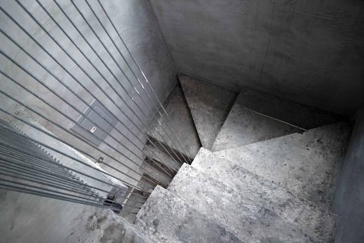 鋼線拉束樓梯扶手:  走廊 & 玄關 by 本晴設計