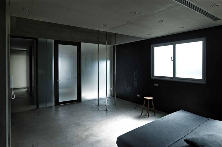 3根鋼管創造空間樂趣:  臥室 by 本晴設計