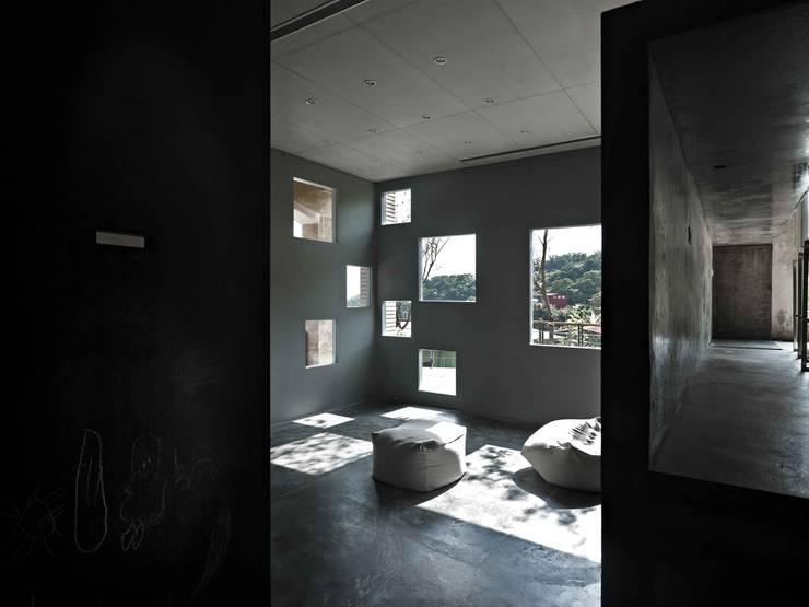 """大大小小的方洞鏤刻而成的""""外牆"""":  客廳 by 本晴設計"""