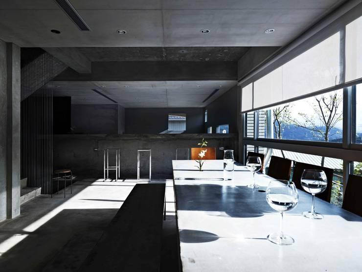 一張灌注的水泥長桌,錨定了家的中心:  餐廳 by 本晴設計