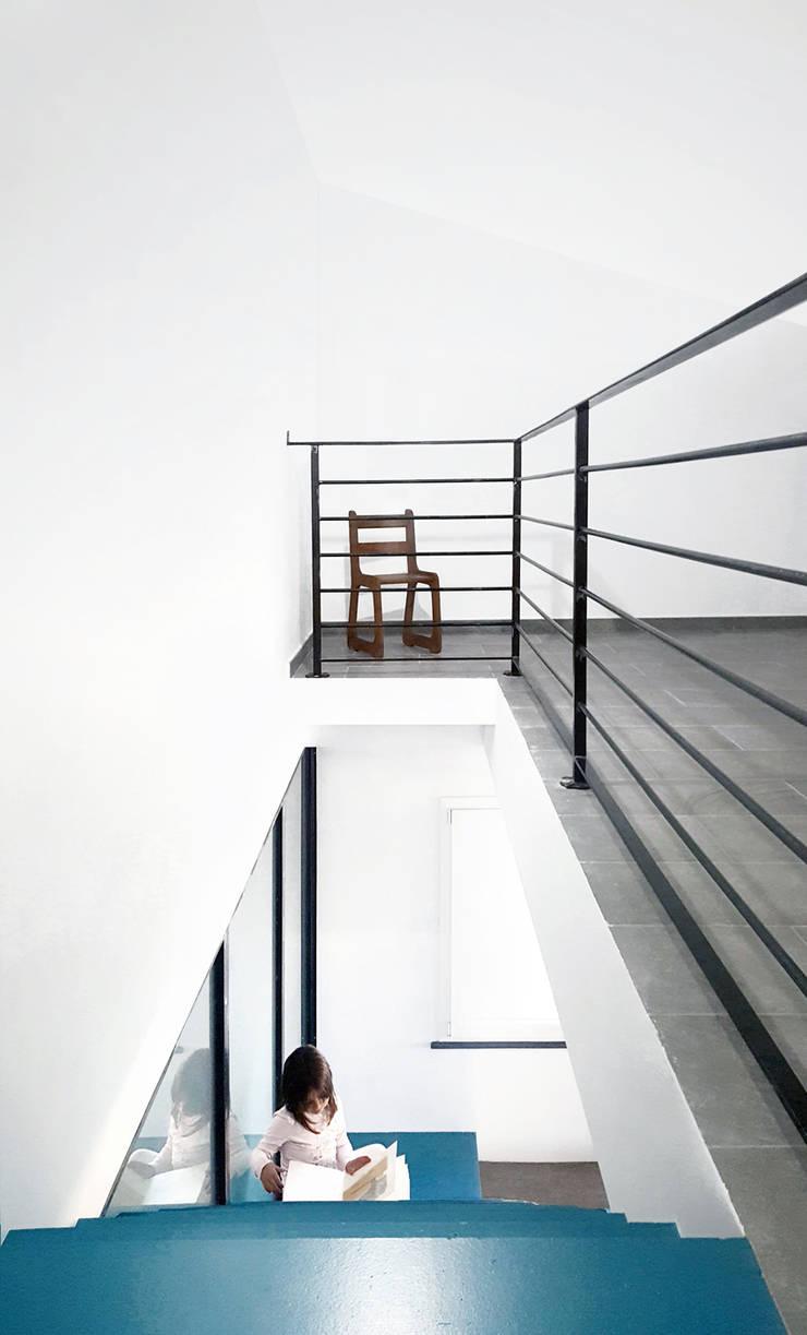 Pasillos, vestíbulos y escaleras industriales de Mohamed Keilani Architect Industrial