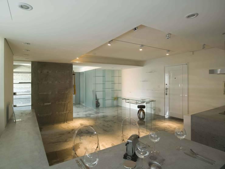 水泥灌鑄的厚實牆體x極薄的玻璃隔間:  餐廳 by 本晴設計