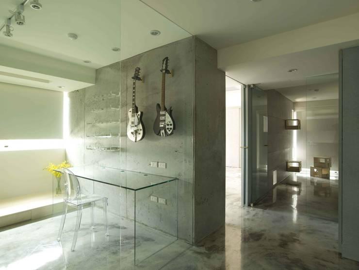厚重的水泥配上輕透的材料,便能發揮出空間的輕巧。:  書房/辦公室 by 本晴設計