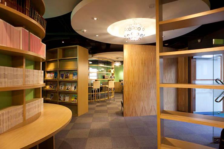 圖書室:  書房/辦公室 by 果仁室內裝修設計有限公司