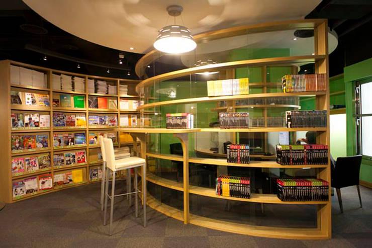 書的圓舞曲-聯徵中心圖書室:  影音室 by 果仁室內裝修設計有限公司