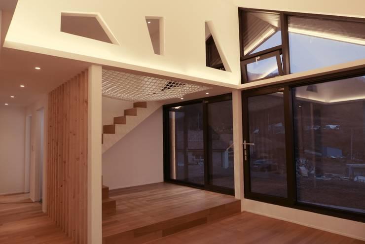 남양주 주택 HAPPY HOUSE: bomhousing의  복도 & 현관,