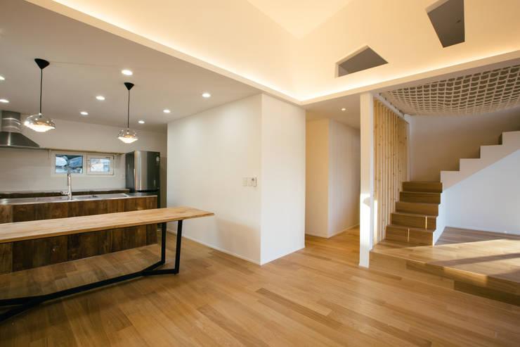 남양주 주택 HAPPY HOUSE: bomhousing의  거실,