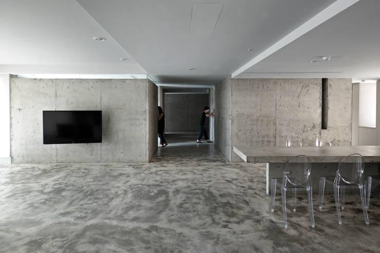 騰出最空淨的活動領域,讓風順勢而入。:  客廳 by 本晴設計