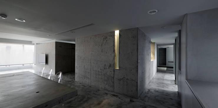 日光在量體間游移,留下變幻的暗部。:  走廊 & 玄關 by 本晴設計