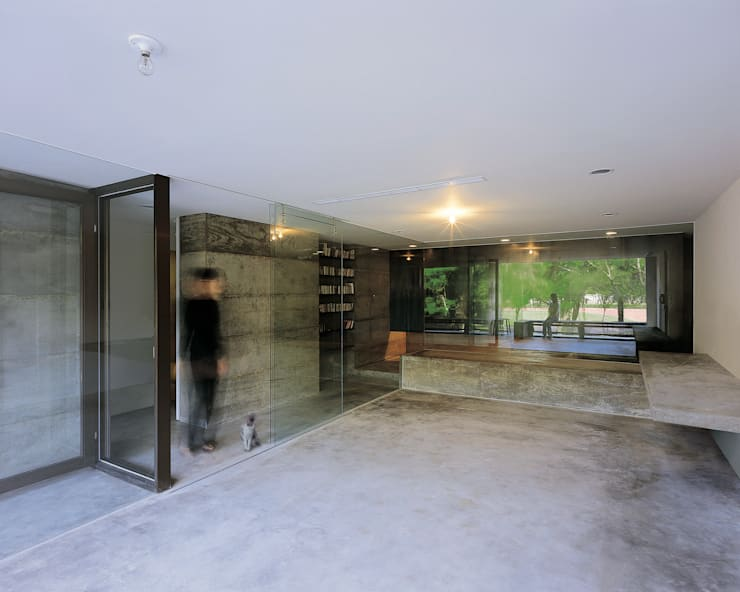 以三面全玻璃為隔間,既界定範圍也解放了視野:  書房/辦公室 by 本晴設計