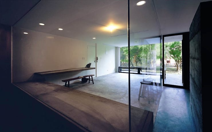 西側以三面全玻璃為工作室隔間,既界定範圍也解放了視野:  書房/辦公室 by 本晴設計