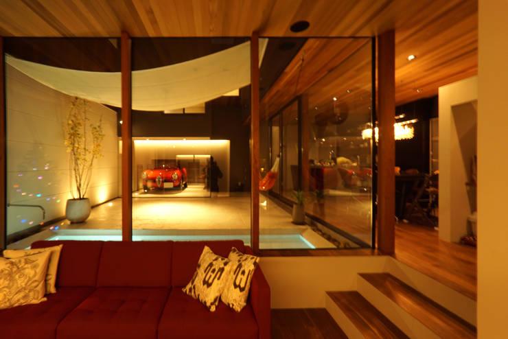大東の家_水盤のあるガレージコートハウス: 近藤晃弘建築都市設計事務所が手掛けたリビングです。
