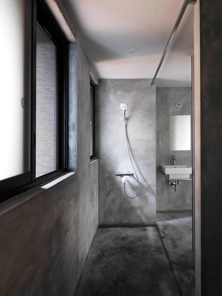 鏡射雙向的浴室,夫妻一人一個,多好。:  浴室 by 本晴設計