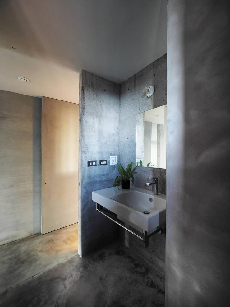 少物之屋_林口:  浴室 by 本晴設計