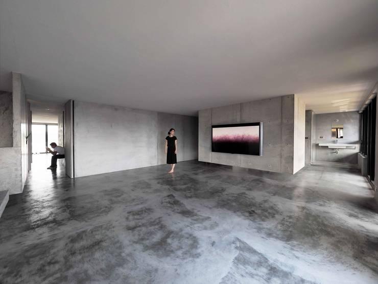 清水模量體騰空離地,一物多用,貫徹少物的無束和自在。:  客廳 by 本晴設計