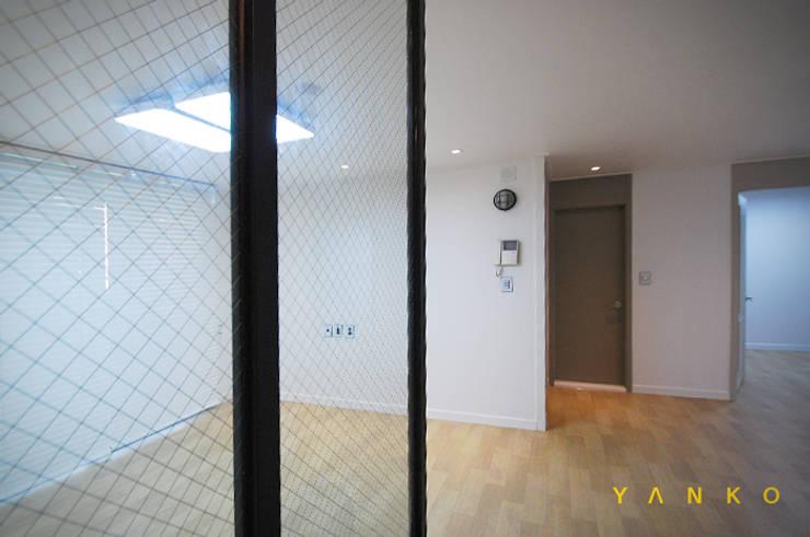 용인 수지 풍덕천 수지동부센트레빌 아파트 24평 인테리어, 리모델링: 얀코인테리어의  복도 & 현관