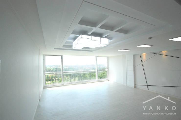 용인 언남동 초록마을 성원상떼빌 아파트 59평: 얀코인테리어의  거실,