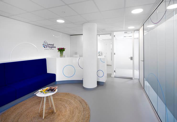 3d impressie 1 wachtruimte :  Gezondheidscentra door Anne-Carien Interieurarchitect