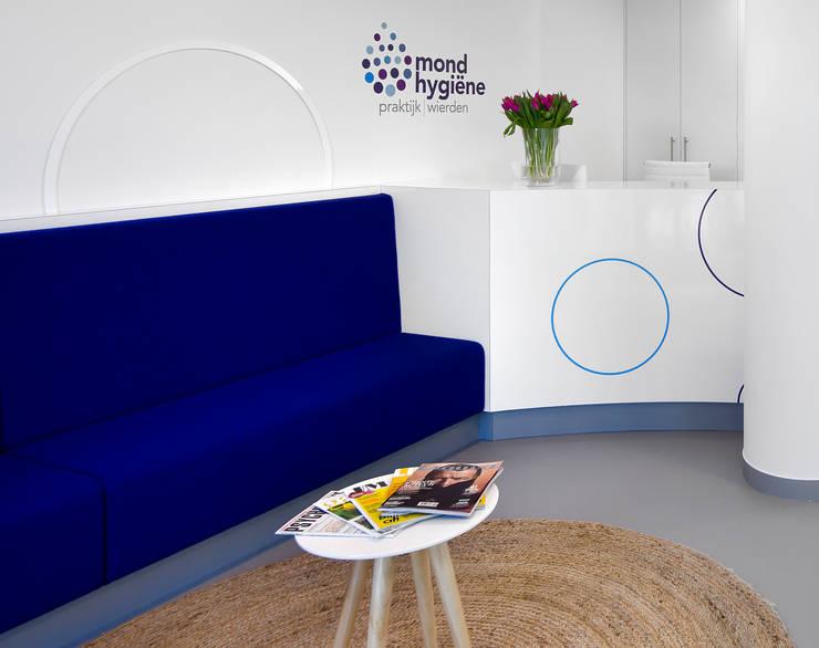 3d impressie 2 wachtruimte:  Gezondheidscentra door Anne-Carien Interieurarchitect