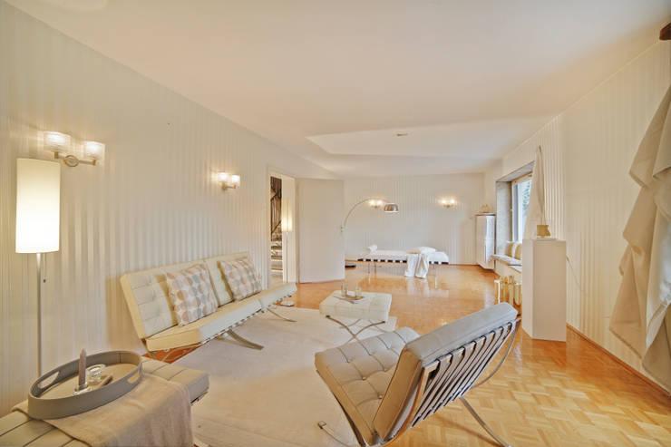 """Wohnzimmer in """"Retro"""" Stil: klassische Wohnzimmer von Münchner home staging Agentur GESCHKA"""