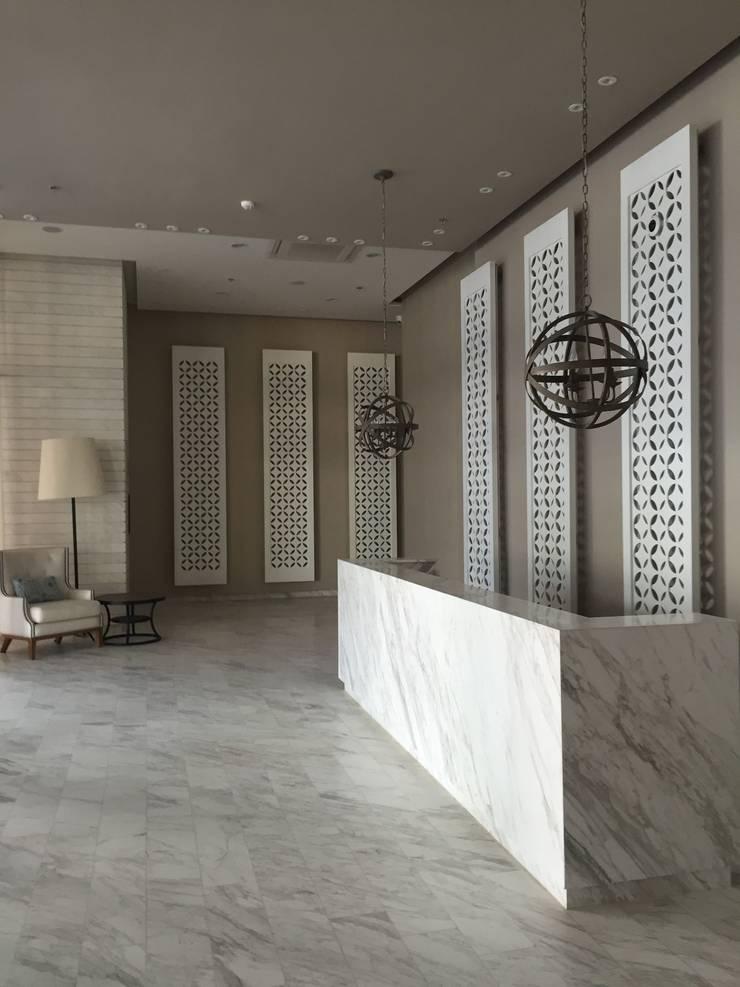 lobby: Pasillos y vestíbulos de estilo  por Ecologik, Moderno Mármol