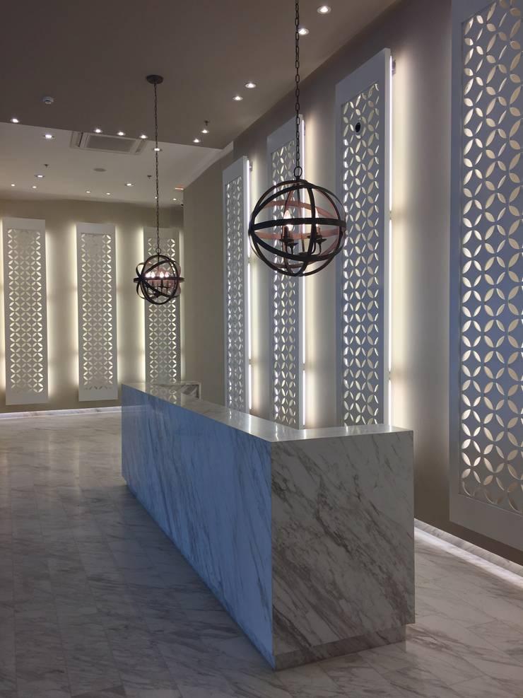 Lobby iluminado: Pasillos y vestíbulos de estilo  por Ecologik, Moderno