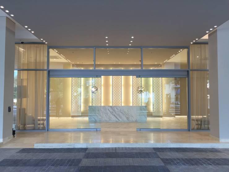 Acceso: Pasillos y vestíbulos de estilo  por Ecologik, Moderno