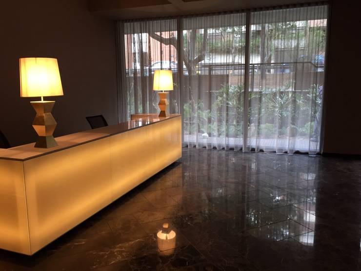 Mueble de recepción Iluminado Pasillos, vestíbulos y escaleras de estilo clásico de Ecologik Clásico