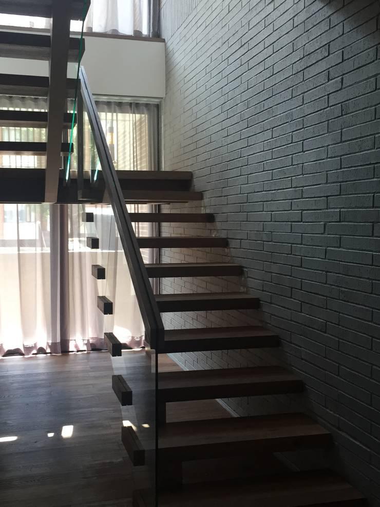 APTO ROSALES Pasillos, vestíbulos y escaleras de estilo ecléctico de Ecologik Ecléctico