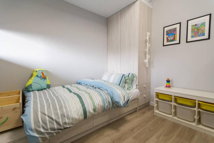 豐悅城-極簡風:  嬰兒房/兒童房 by 宅即變空間微整形
