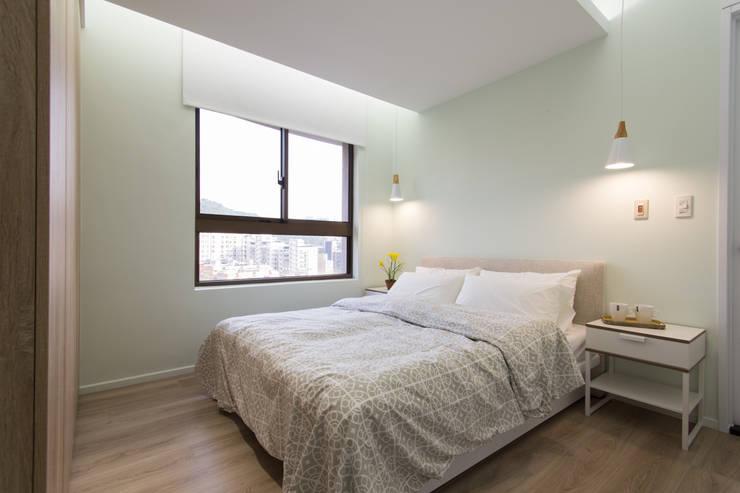 豐悅城-木質風:  臥室 by 宅即變空間微整形