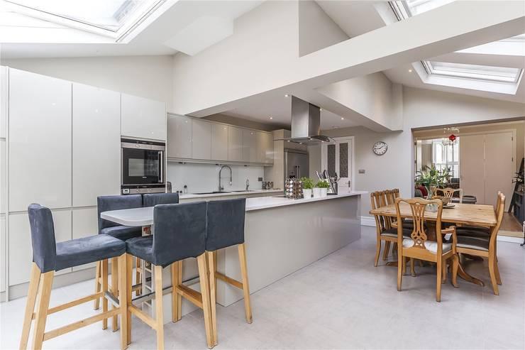 Chesilton Road, Fulham, SW6:  Dining room by APT Renovation Ltd