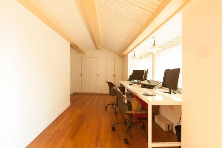 화이트 인테리어 White Interior: 골방디자인의  방,