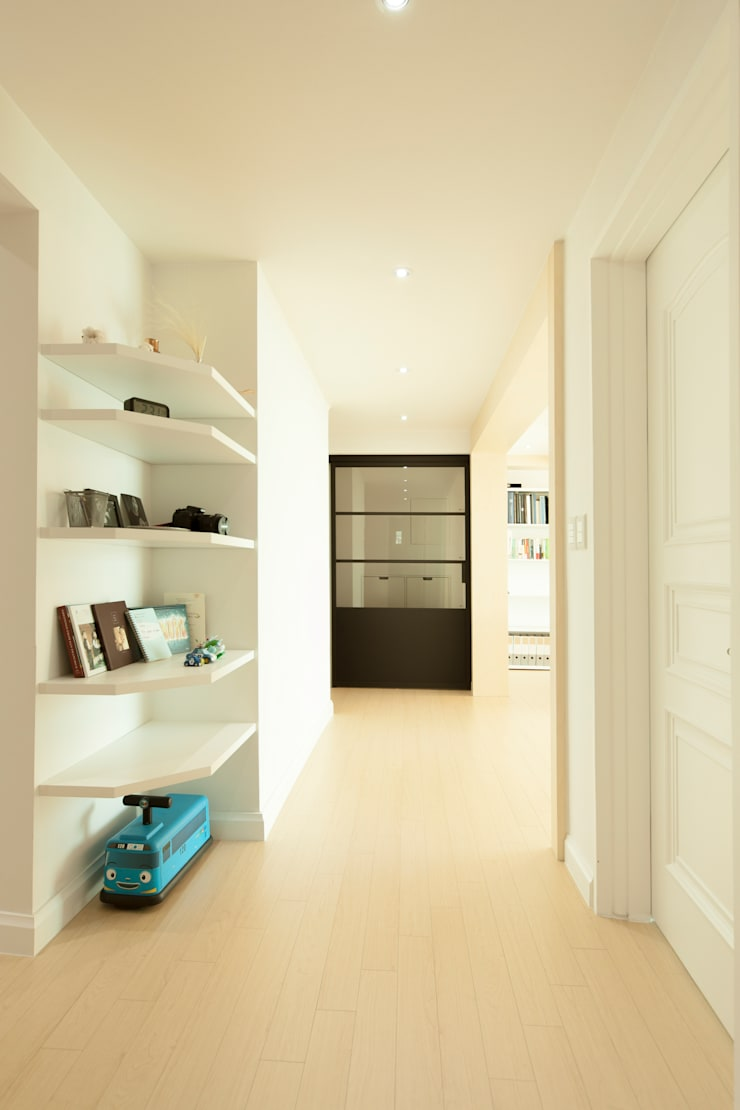 Pasillos y vestíbulos de estilo  por 골방디자인, Moderno