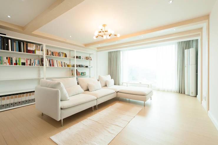 화이트 인테리어 White Interior: 골방디자인의  거실,