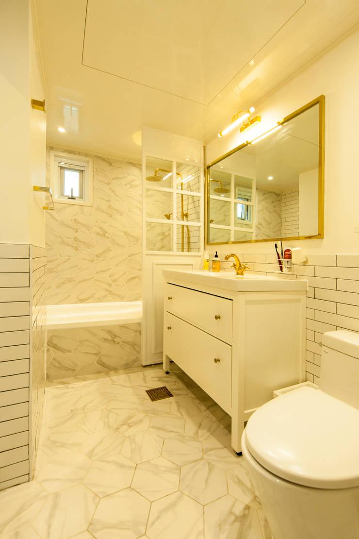 화이트 인테리어 White Interior: 골방디자인의  욕실,