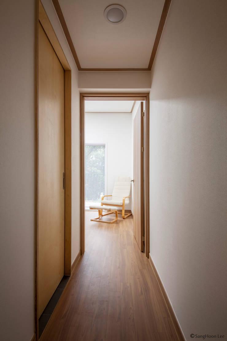 문봉동 세마당집(호호당): 디자인 인사이트 (DESIGN INSITE)의  복도 & 현관